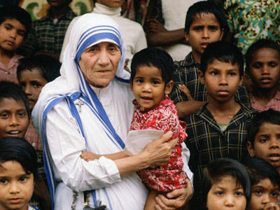 mother-teresa-with-her-people